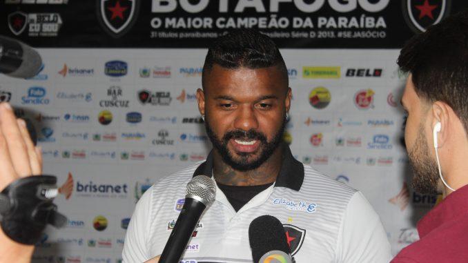 Goleiro do Botafogo-PB revela receio com volta precoce do Campeonato Paraibano