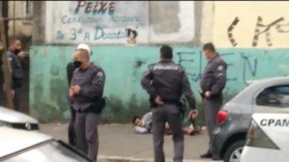 Homem é flagrado pela polícia com cabeça decapitada nas mãos