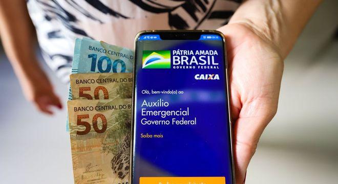Caixa paga primeira parcela do auxílio para nascidos em março